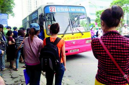 Các sinh viên chờ xe buýt tại điểm Trường ĐH Khoa học tự nhiên. Ảnh: N.Dược