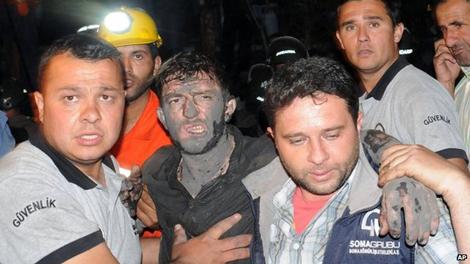 Các nhân cứu hộ trợ giúp một thợ mỏ.