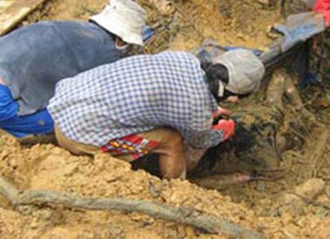 Lực lượng cứu hộ đang đào bới tìm kiếm xác nạn nhân sập hầm vàng.