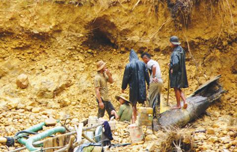 Hiện trường hầm vàng khai thác trái phép.