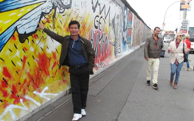 Tác giả bên Bức tường Berlin tháng 9.2013.