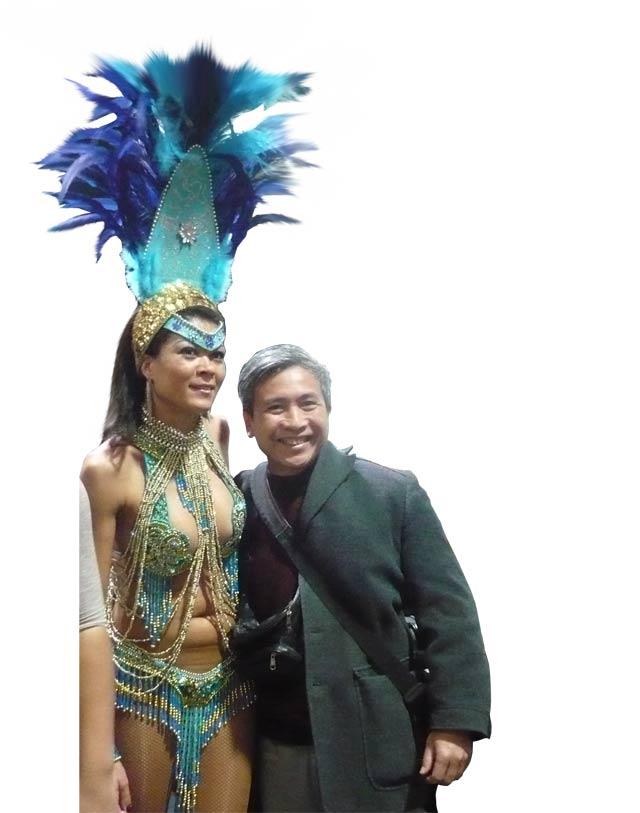 Phóng viên chụp ảnh cùng nữ vũ công đến từ Brazil tại hội chợ Bazzar (CH Áo).
