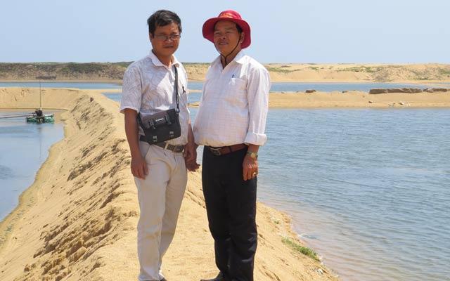 PV NTNN (trái) và chủ doanh nghiệp thủy sản Năm Rùm (Phú Yên).