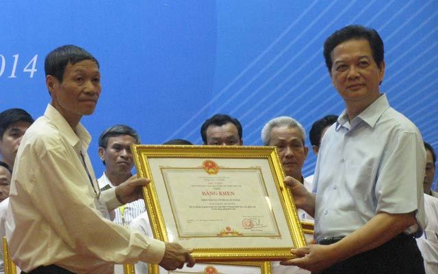 Thủ tướng Nguyễn Tấn Dũng trao bằng khen cho những tập thể, cá nhân điển hình xây dựng nông thôn mới.