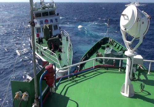Tàu Trung Quốc vẫn gây hấn, Việt Nam kiên quyết thực hiện quyền chấp pháp song cố gắng tránh va chạm, đối đầu trực diện.   I.T