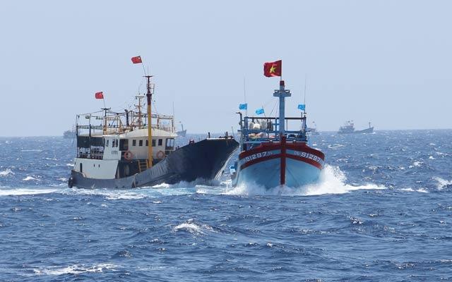 Tàu Qna 91297 bị    tàu Trung Quốc đâm vào mạn sườn.