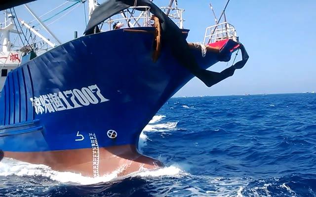 Tàu sắt số hiệu 17007 của Trung Quốc thường xuyên đâm va, uy hiếp tàu cá Việt Nam.