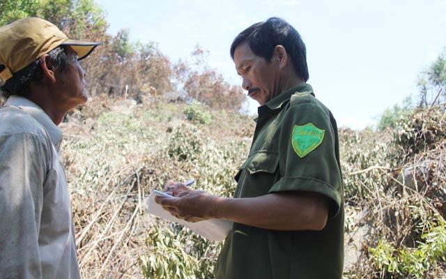 Công an xã Bình An đang ghi lời khai của bảo vệ rừng  tại hiện trường một vụ cháy.