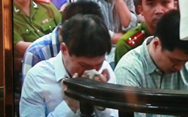 Bị cáo Dương Tự Trọng bật khóc trước vành móng ngựa.