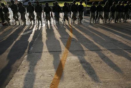 Quân đội Thái đứng thành hảng rào trước Army Club trong suốt thời gian diễn ra cuộc đảo chính