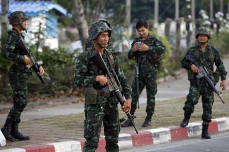 Binh sỹ Thái Lan vào vị trí tại một trạm kiểm soát quân sự gần khiu cắm trại của phe