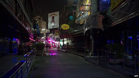 Sau khi quân đội áp đặt lênh giới nghiêm từ 22h, đường phố Bangkok còn vắng vẻ hơn bình thường