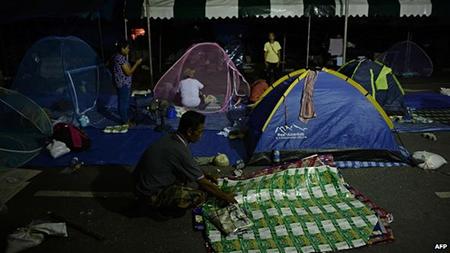 Trong khi đó người biểu tình chống chính phủ đang thu dọn lều bạt trở về
