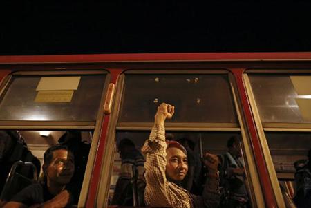 Những đoàn xe lớn tập trung ở Royal Plaza để đón những người biểu tình trở về sau khi quân đội tuyên bố đảo chính