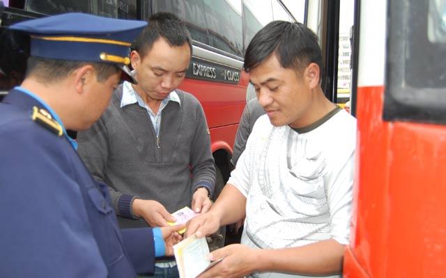 Lực lượng Thanh tra giao thông đang kiểm tra xe khách giường nằm tại bến xe Mỹ Đình.