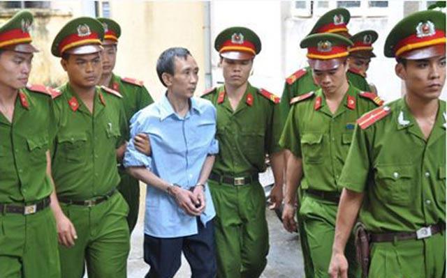 Công an dẫn giải bị cáo Hàn Đức Long đến một phiên tòa.