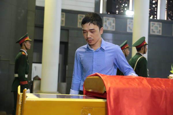 Nhạc sĩ Đỗ Bảo, lặng lẽ một mình đến viếng nhạc sĩ tiền bối