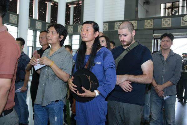 Nghệ sĩ Đào Trọng Khánh cùng những người bạn đến viếng nhạc sĩ Thuận Yến