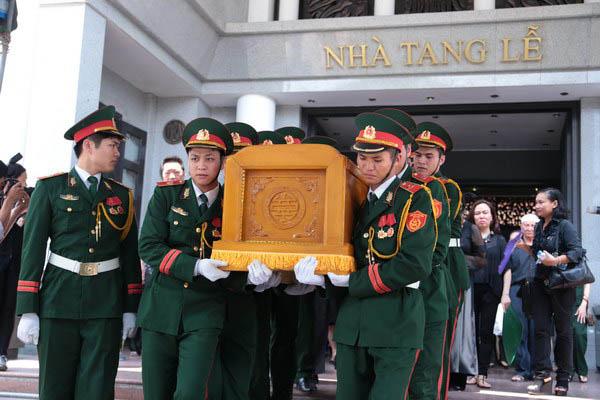 Linh cữu của nhạc sĩ Thuận Yến được các chiến sĩ đưa ra