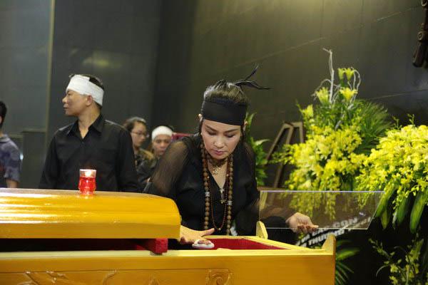 Ca sĩ Thanh Lam, mặt kính linh cữu nhạc sĩ Thuận Yến