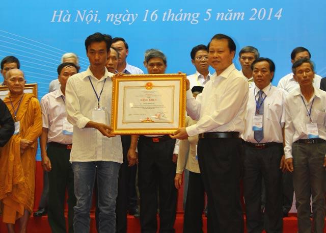 Phó Thủ tướng Vũ Văn Ninh  trao bằng khen của Thủ tướng  Chính phủ cho ông Hoàng Minh Tuấn.