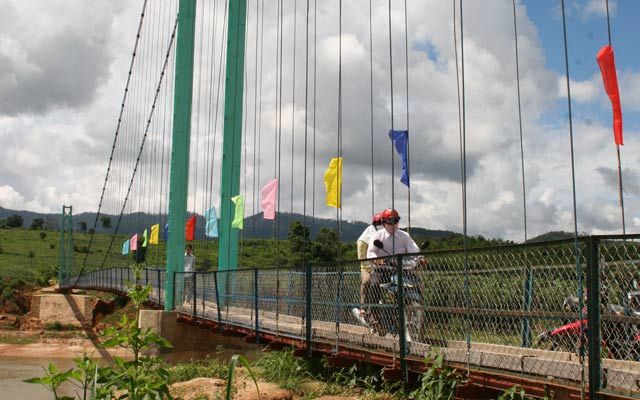 Một cầu treo dân sinh ở huyện Kon Rẫy, Kon Tum.