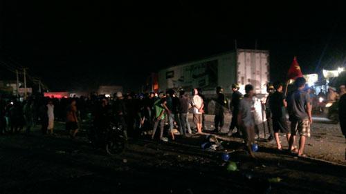 Hiện trường vụ xô xát tại cổng chính Formosa chiều tối 14.5 giữa khoảng 5.000 công nhân Việt Nam với 1.000 công nhân nước ngoài. Nguồn: VNE