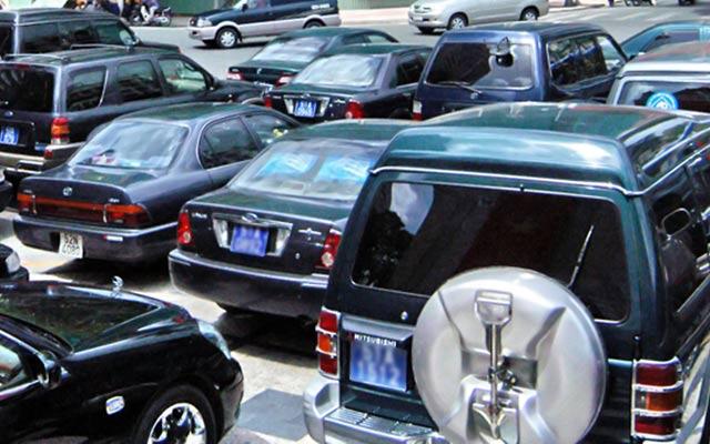Việc mua mới hàng nghìn xe công và việc sử dụng xe công không đúng mục đích được nhiều đại biểu đặt vấn đề.