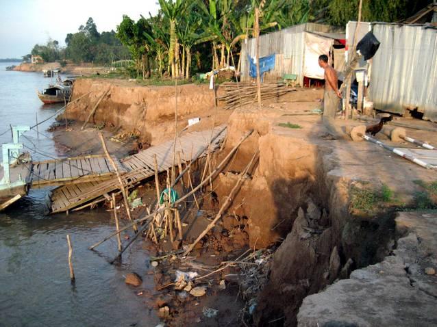 Một điểm sạt lở bờ sông Tiền tại huyện Lấp Vò (Nguồn ảnh: Báo Phụ nữ TP.HCM)