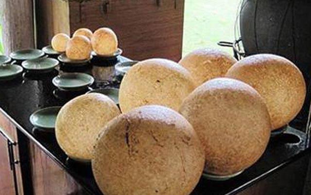 """Xôi chiên phồng Chợ Mới có thể chấm với tương ớt, xì dầu hoặc ăn không vẫn """"bắt""""."""