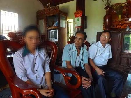 Nữ sinh Hằng đang kể lại sự  việc với gia đình.