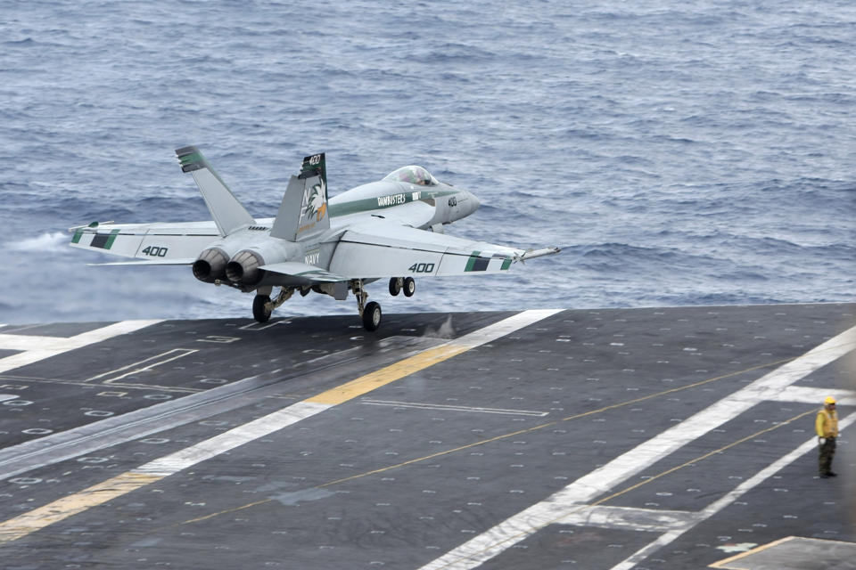 Chiến đấu cơ F/A-18 Super Hornet đỗ trên tàu sân bay hạt nhân USS George Washington (CVN73) năm 2012.