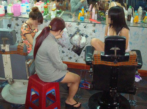 Nữ tiếp viên của tiệm hớt tóc Hà Tiên