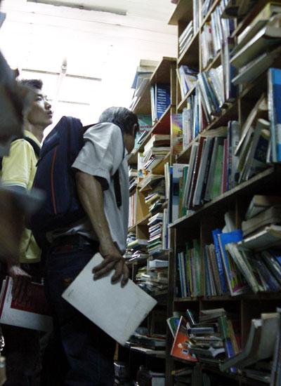 Hàng chục nghìn đầu sách ở đây đa dạng về thể loại: sách kinh tế, văn học, kiến trúc, ngoại ngữ, truyện tranh...