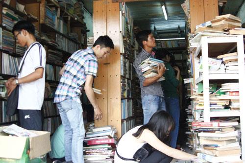 Mấy ngày qua, hiệu sách Bách Hợp luôn tấp nập người đến tìm chọn và mua sách.