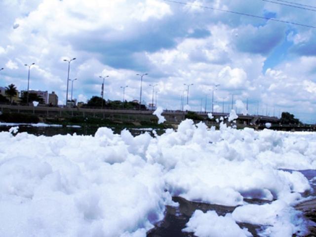 """""""Tuyết"""" phủ trắng kênh đen khiến người SG ngỡ ngàng"""