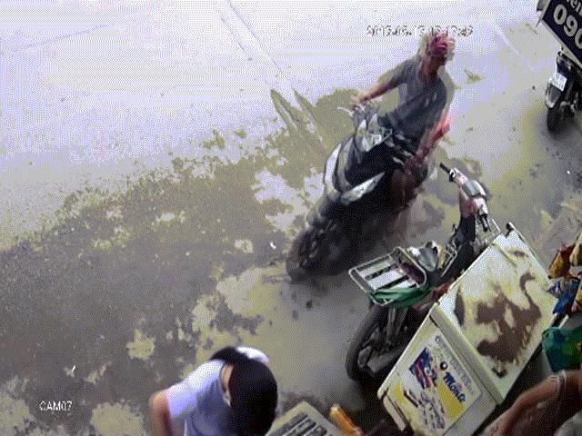 Camera ghi lại hình ảnh cô gái bị giật dây chuyền ở Sài Gòn