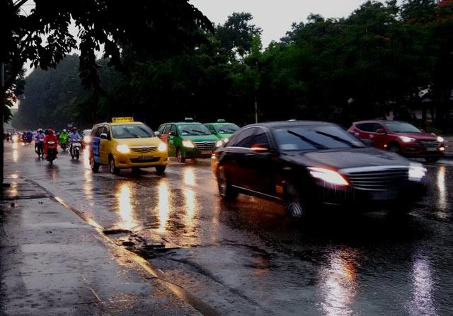 ô tô bà rịa: xe đi trời mưa nên bật đèn để giảm thiểu nguy cơ tai nạn