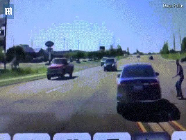 Nhảy vào ô tô đang đi để cứu người như phim hành động