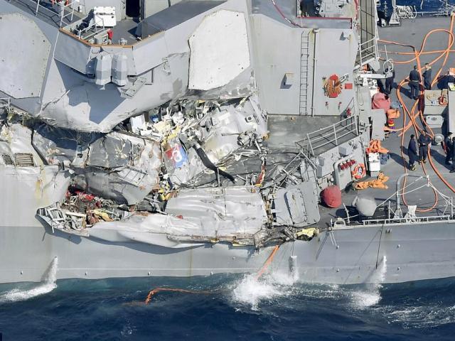 Cận cảnh chiến hạm 1,5 tỷ USD Mỹ bị tàu hàng đâm hỏng nặng