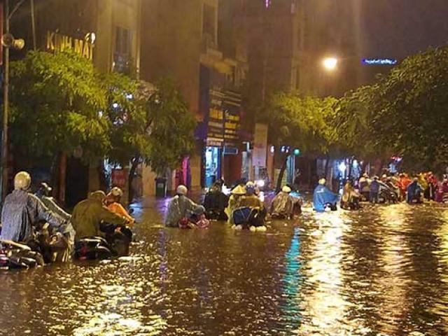 """HN: Mưa lớn kéo dài, dân phố cổ lội """"sông"""" về nhà"""