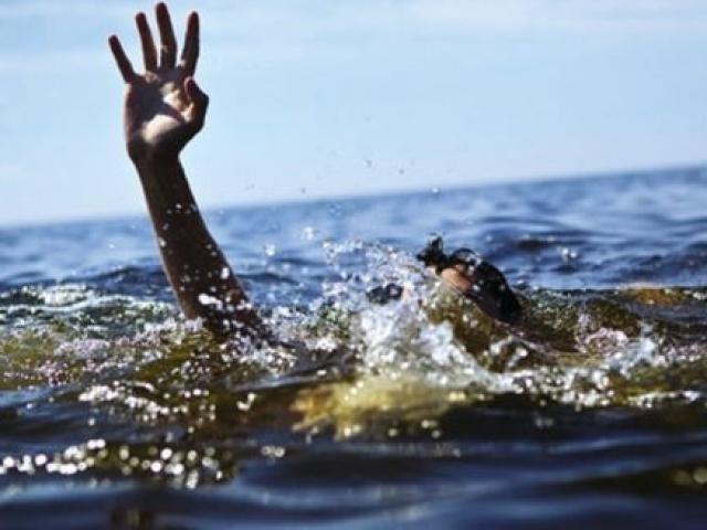 Ngồi chơi trên mỏm đá, hai nữ sinh bị sóng cuốn chết đuối