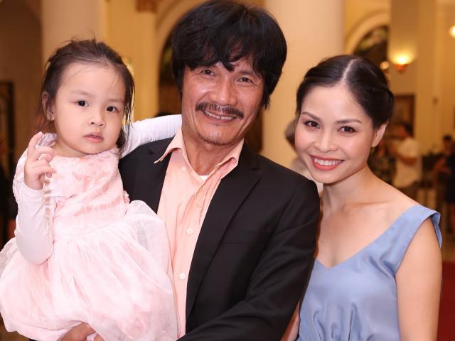 Vợ kém 22 tuổi muốn sinh thêm con nhưng NSƯT Công Ninh sợ không đủ tiền nuôi