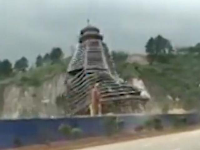 TQ: Gió thổi mạnh kéo đổ sập tòa tháp 23 tầng trong vài giây