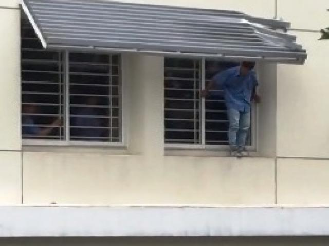 Nam sinh viên nhảy lầu tự tử tại trường vì lý do không ngờ