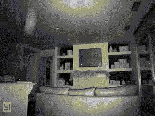 Đặt camera trong phòng, phát hiện điều đáng sợ giữa đêm