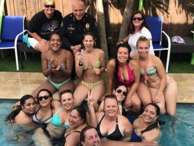 Mỹ: Gặp rắc rối vì chụp ảnh với 12 nữ cảnh sát mặc bikini