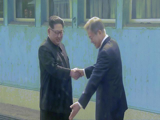 Khoảnh khắc Kim Jong-un vượt phân giới quân sự hai miền Triều Tiên