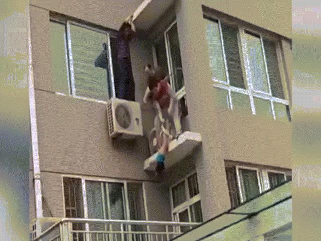 Clip cậu bé rơi từ tầng 5 thoát chết trong gang tấc