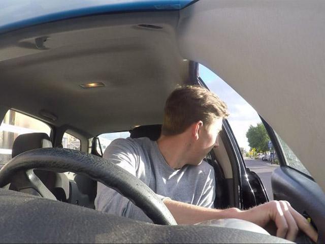 """Kỹ thuật mở cửa xe """"Dutch Reach"""" của người Hà Lan là như thế nào?"""